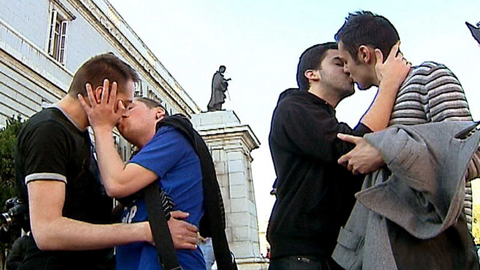 Protesta de la comunidad de gays frente a La Almudena, en Madrid