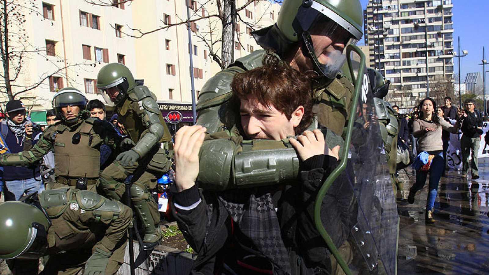 Decenas de detenidos y 49 policías heridos en una protesta estudiantil en  Chile - RTVE.es