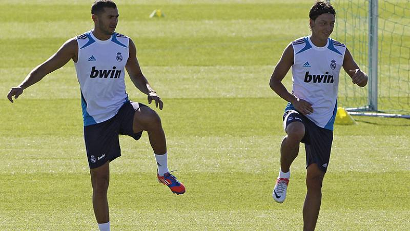 Tras su dubitativo debut en Liga, el Real Madrid prepara a conciencia el primer clásico de la temporada, que llega el próximo jueves en forma de Supercopa. Mourinho no podrá contar con Pepe para el partido de ida.