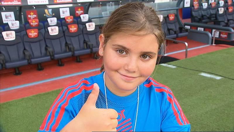 Claudia es la niña que entregará el balón a Clos Gómez, que arbitrará el clásico de la Supercopa, para que indique el comienzo del partido.