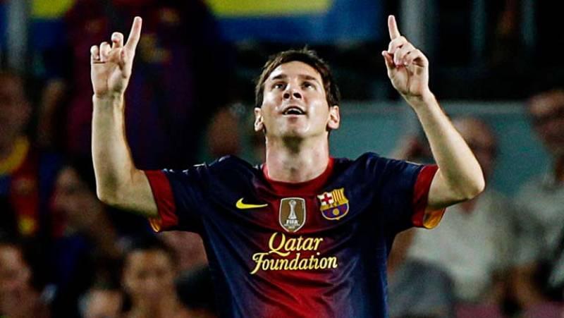 El delantero argentino del FC Barcelona, Lionel Messi, ha adelantado a su equipo de penalti ante el Real Madrid en el minuto 69, después de una falta cometida sobre Iniesta en el área madridista.