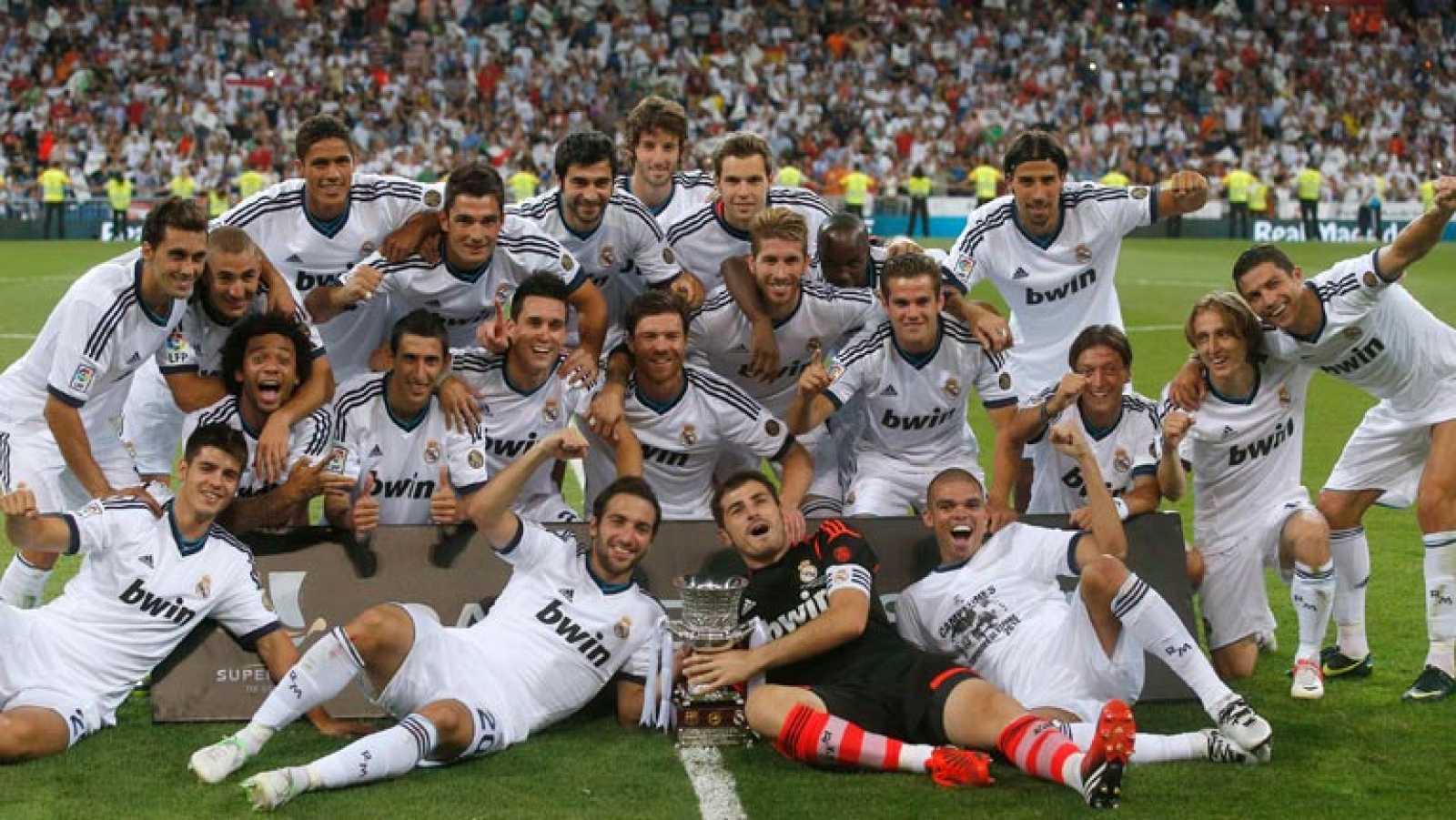 El vigente campeón de Liga se impone por 2-1 al FC Barcelona en el Bernabéu y da valor a los dos goles anotados en la ida en el Camp Nou (3-2) para alzar el primer título de la temporada.