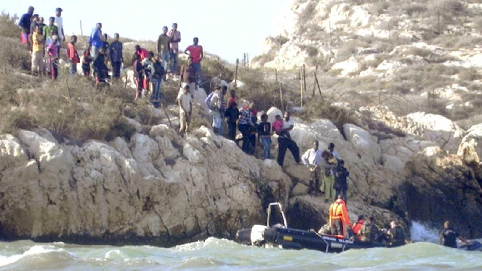 Desalojan durante la noche a los inmigrantes que se habían refugiado en un peñón español frente a Marruecos