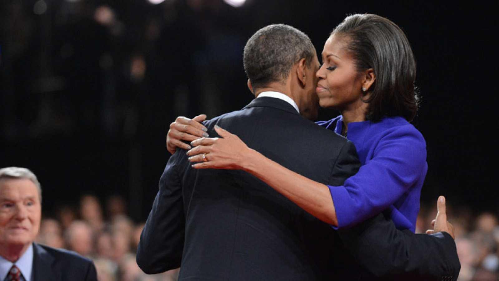 Obama felicita el aniversario de bodas a su esposa ante del debate