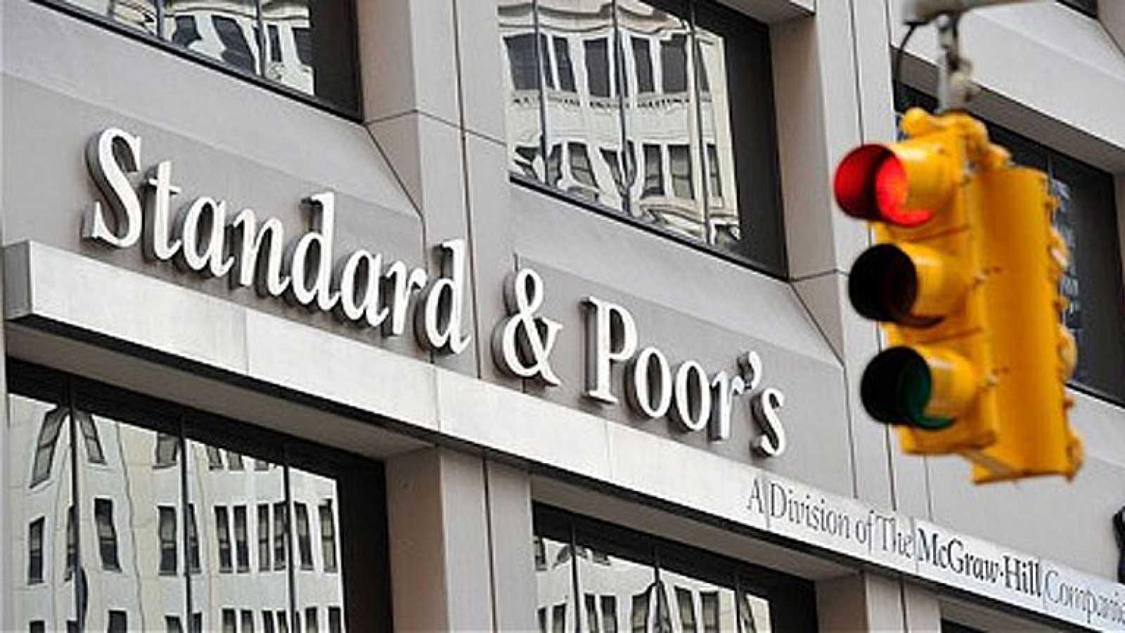 Standard &  Poor's deja la deuda de España al borde del bono basura