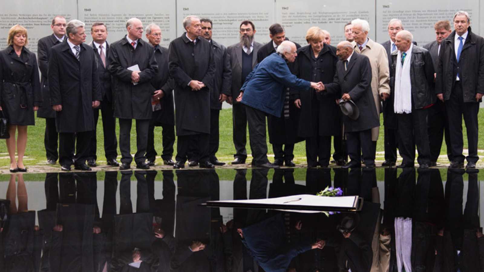 La canciller alemana, Angela Merkel, ha rendido este miércoles homenaje al medio millón de gitanos asesinados durante el Tercer Reich.