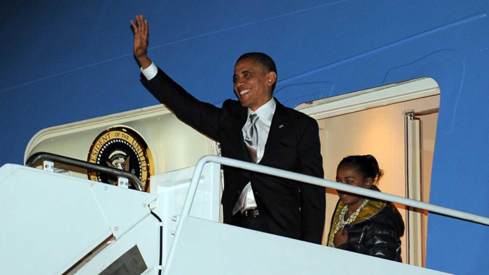 """Obama regresa a Washington y comienza a negociar para evitar el """"precipio fiscal"""""""