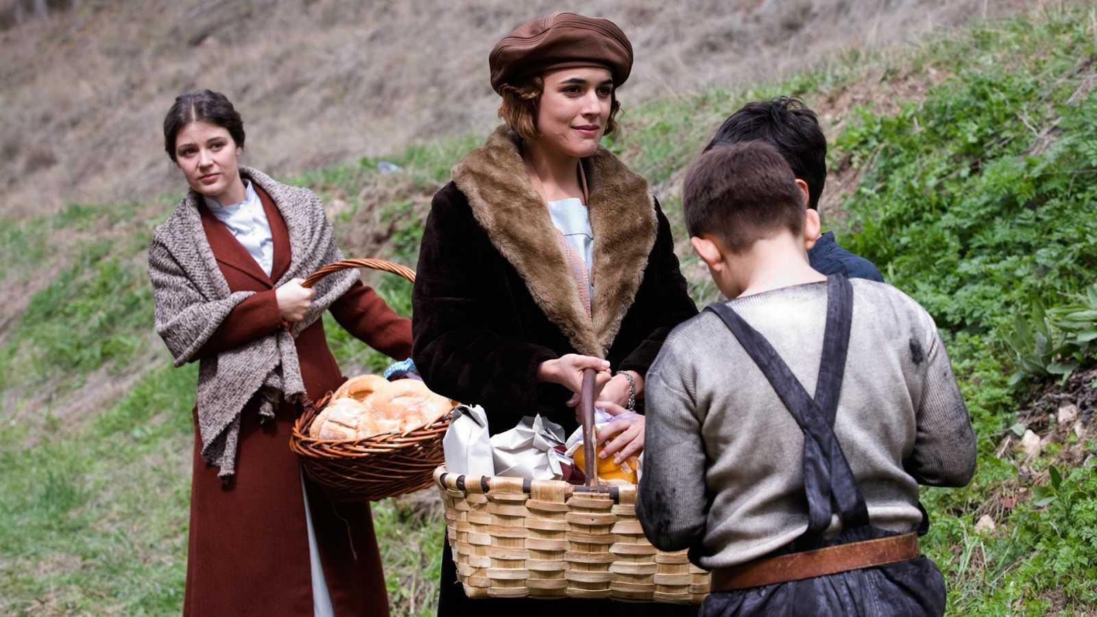 La Señora - Capítulo 8 - Tras la muerte de la Marquesa, Gonzalo ve el camino abierto para acercarse más a Victoria - ver ahora