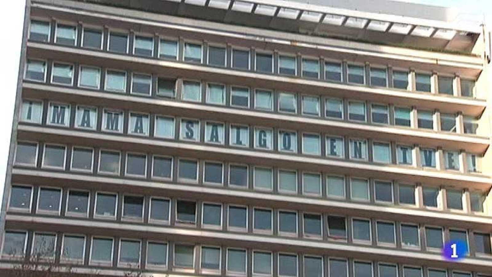 Una agencia de publicidad de Lisboa ha tenido la idea de usar sus ventanas para proyectar mensajes. Con una letra en cada una, escriben frases de contenido positivo.