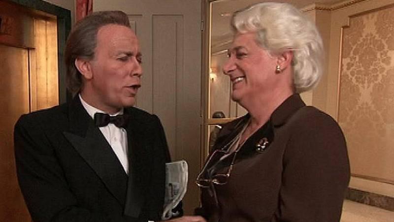 Bertín Osborne recorre los pasillos del Hotel 13 cantando algunos de sus éxitos y despierta el interés de la madre del director del hotel, que sucumbe a sus encantos.