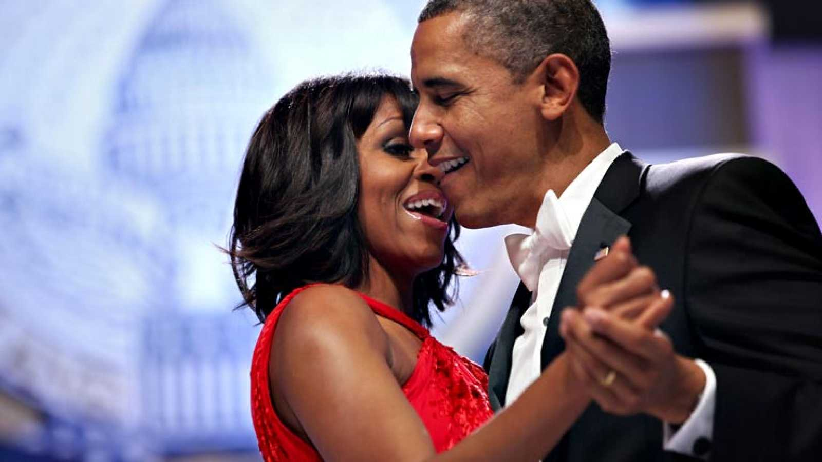 Barack y Michelle Obama bailan durante la tradicional celebración tras la toma de posesión del presidente de EE.UU.
