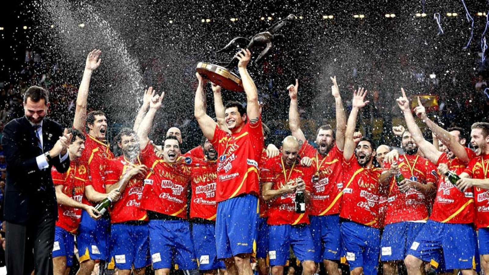 Una impresionante selección española de balonmano ha arrollado  este domingo a Dinamarca (35-19) en una gran final del Mundial  disputado en España con el Palau Sant Jordi de Barcelona como  escenario, en la que arrolló a los daneses con un gran jueg