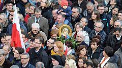 Unos 150.000 peregrinos despiden emocionados a Benedicto XVI
