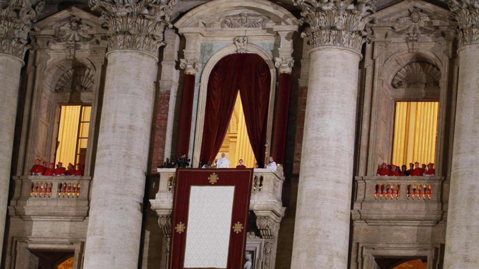 Los artículos mas vendidos en Roma son estampas y rosarios con el papa Francisco