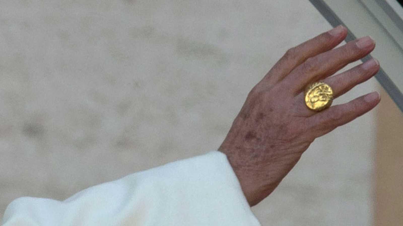 El anillo papal o anillo del pescador es un símbolo exclusivo de cada pontífice y se utiliza como sello de los documentos que firma