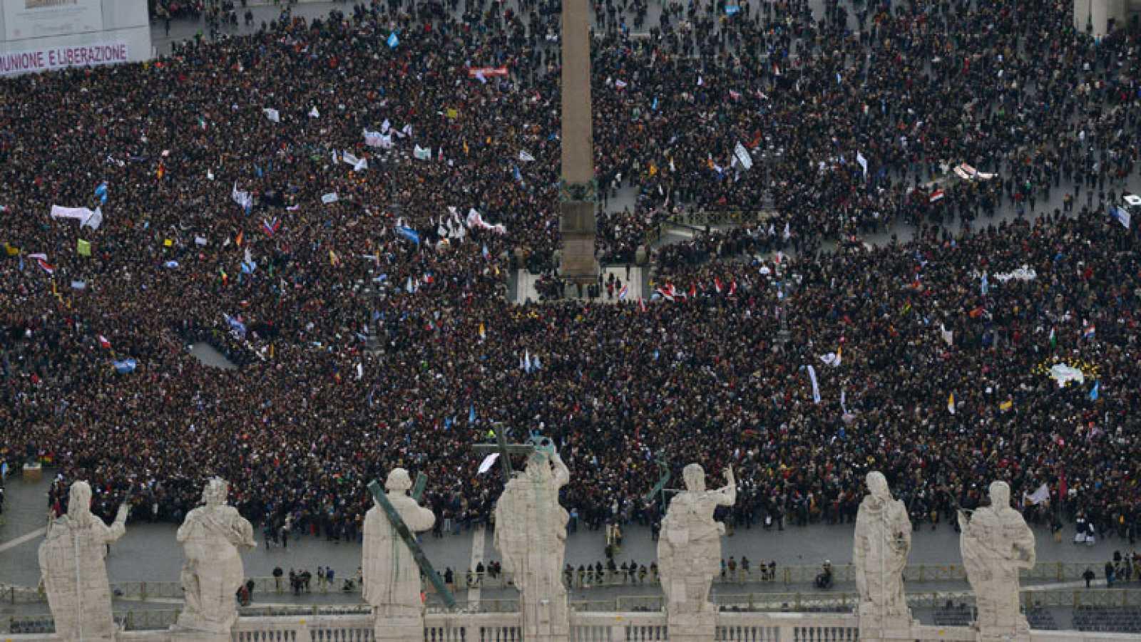 Los fieles viven con emoción el discurso del papa Francisco