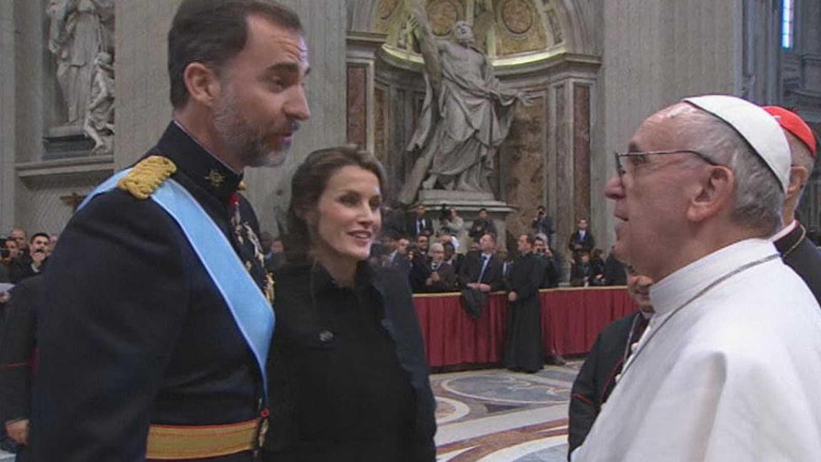 Los príncipes y Rajoy saludan al papa Francisco