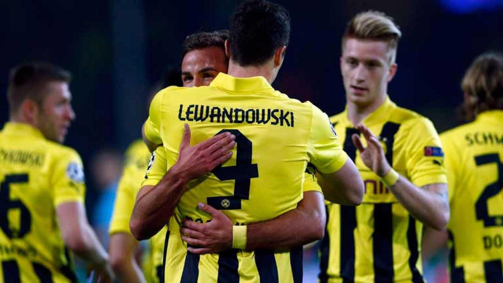 El delantero polaco del Borussia Dortmund Lewandowski ha adelantado a su equipo ante el Real Madrid en el minuto 9 de juego.