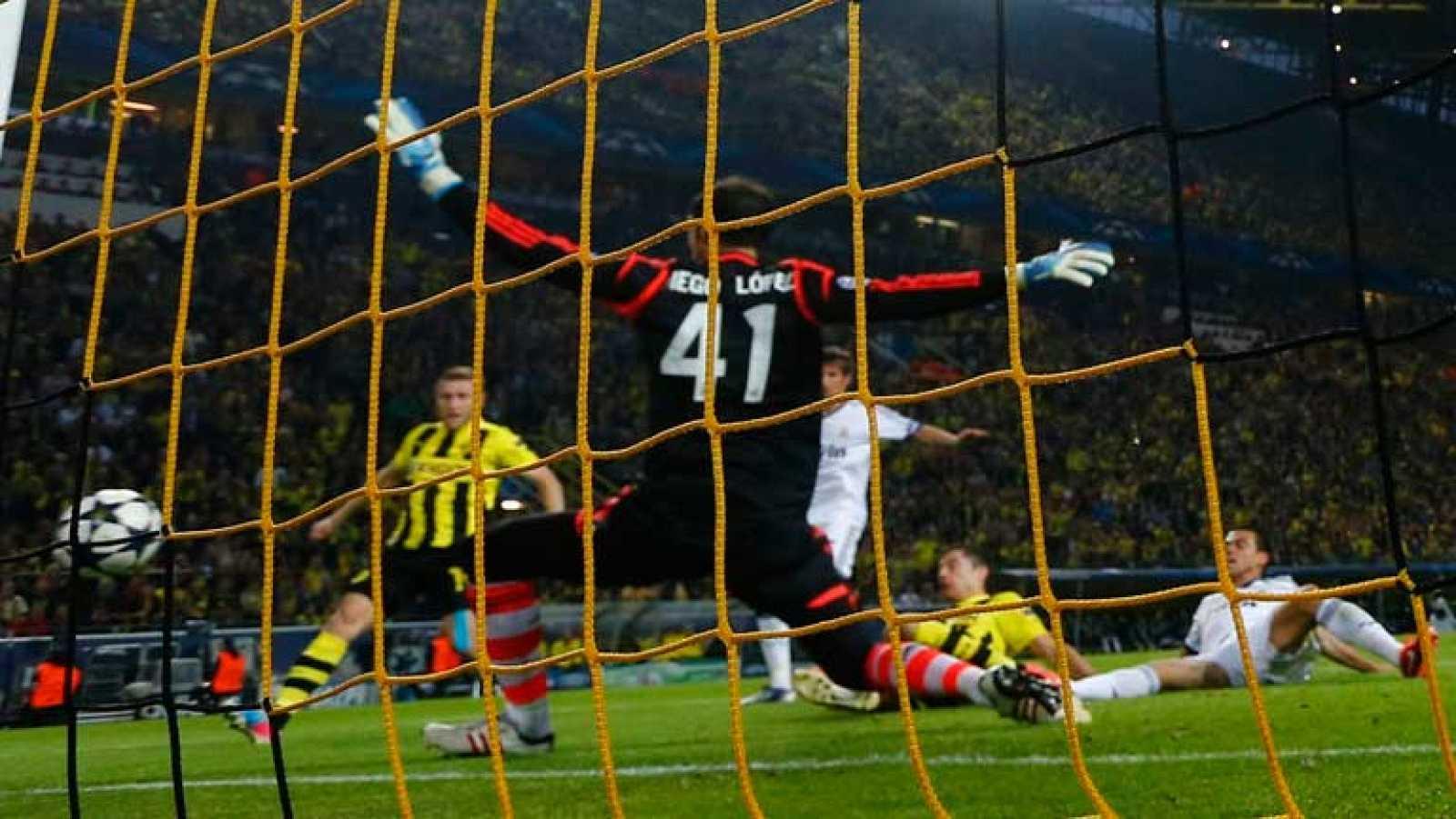 Robert Lewandowski ha marcado el segundo tanto del Borussia Dortmund ante el Real Madrid en el minuto 49 de juego. Los jugadores del Real Madrid han reclamado fuera de juego, pero el polaco estaba en posición legal.