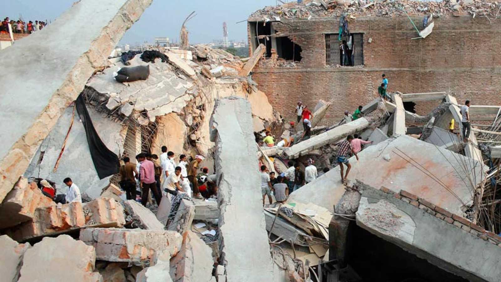 Al menos 110 muertos por el derrumbe de un edificio en Blangladesh