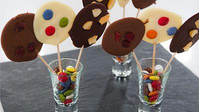 Piruletas de chocolate con frutas