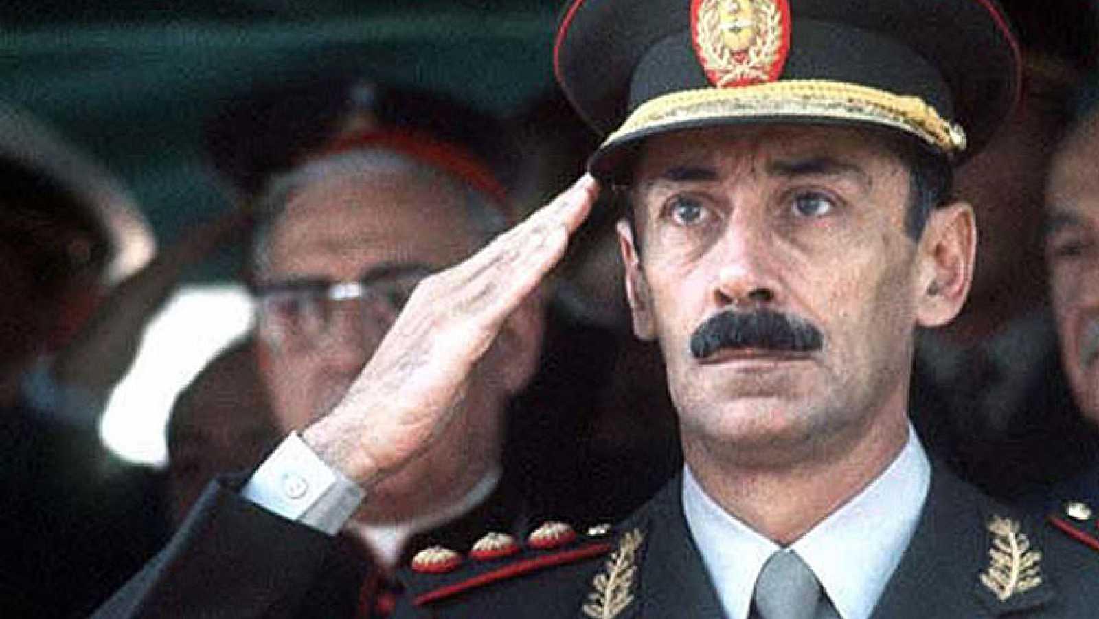 El exdictador argentino Jorge Rafael Videla, condenado a prisión perpetua por delitos de lesa humanidad cometidos en el último régimen de facto (1976-1983), falleció hoy en Buenos Aires, a los 87 años