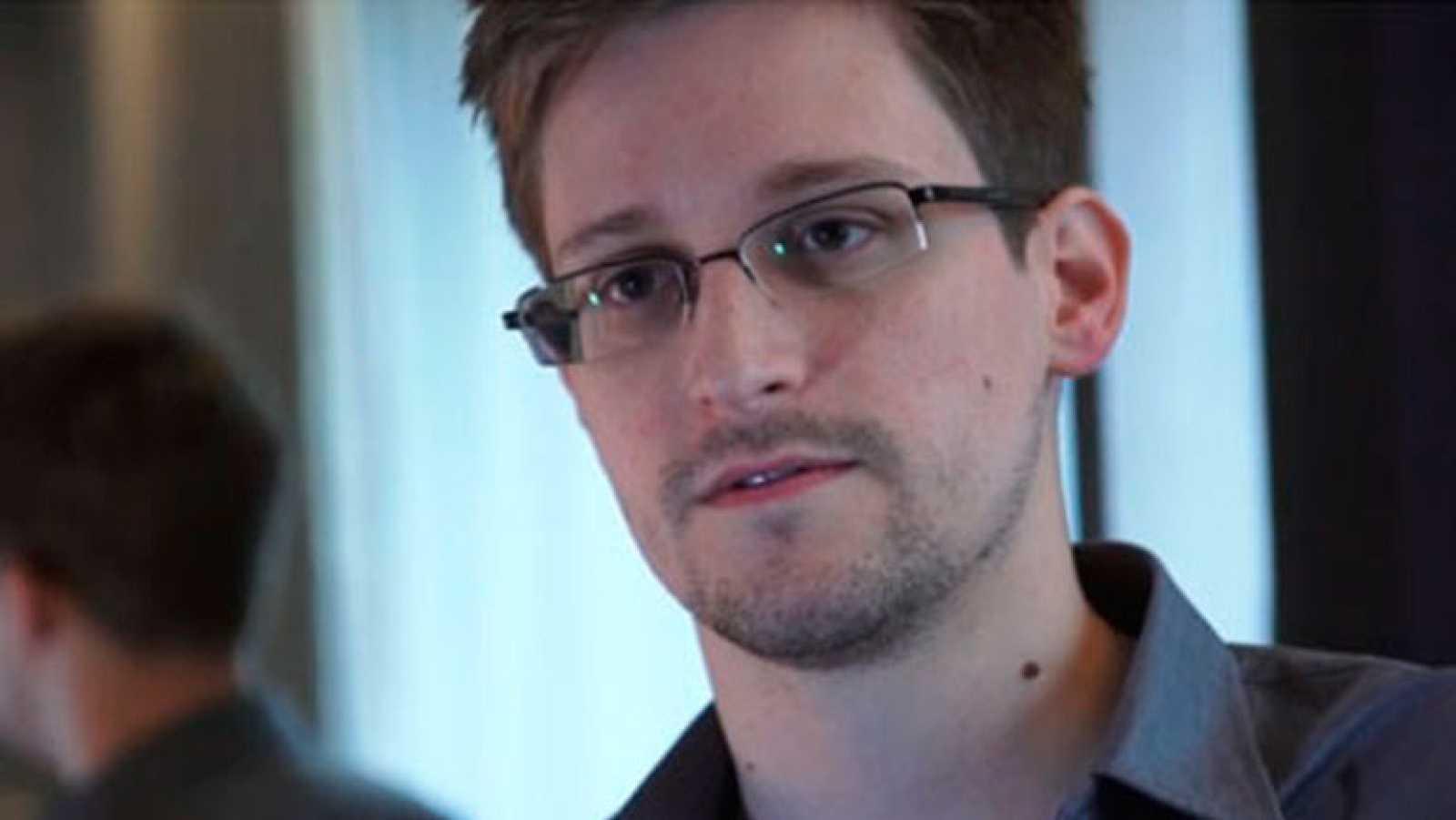 Edward Snowden, extécnico de la CIA, se responsabiliza de las filtraciones de espionaje en EE.UU.