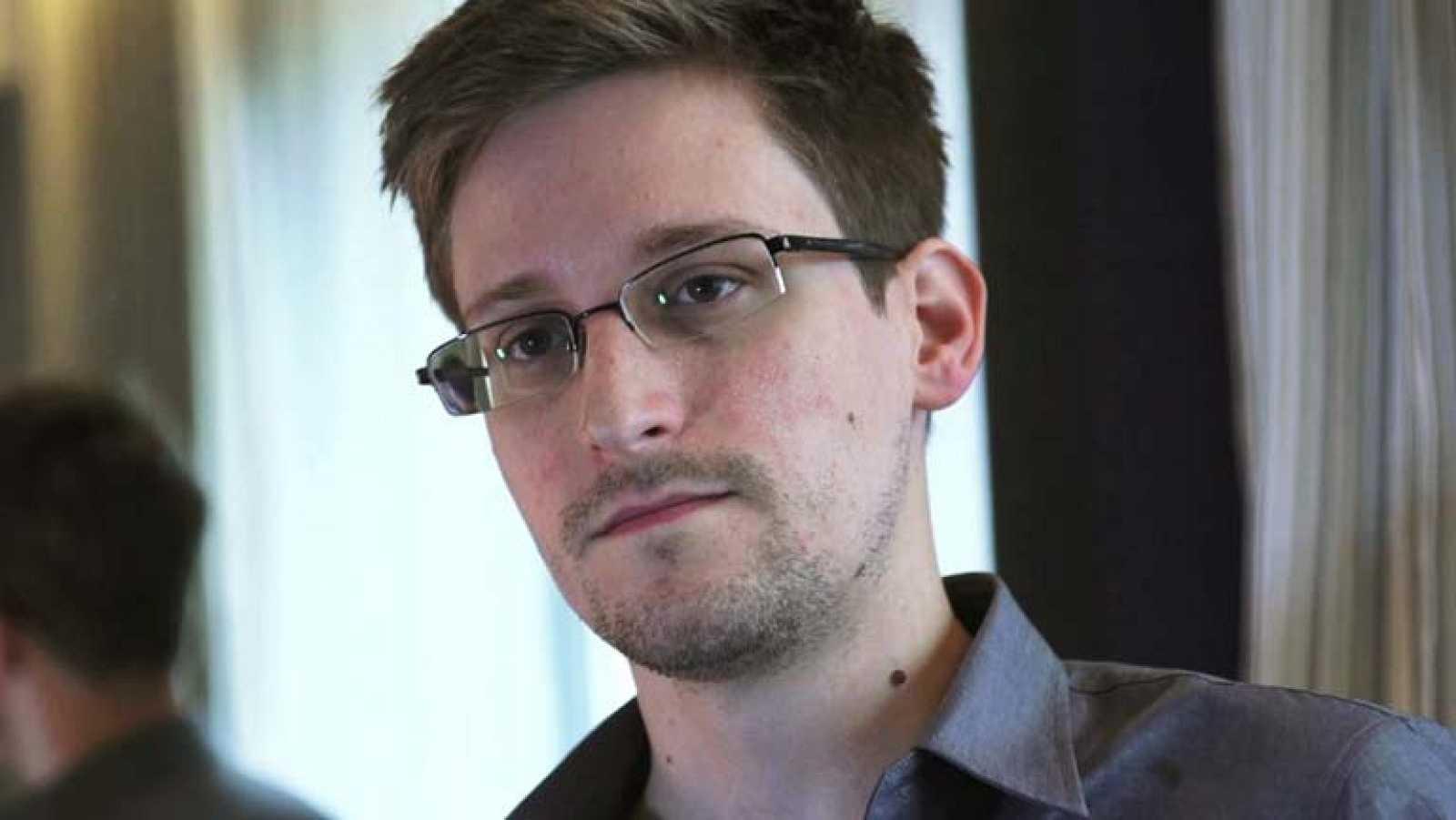 """Edward Snowden acusa  a su país de llevar años """"ciberespiando"""" a China"""