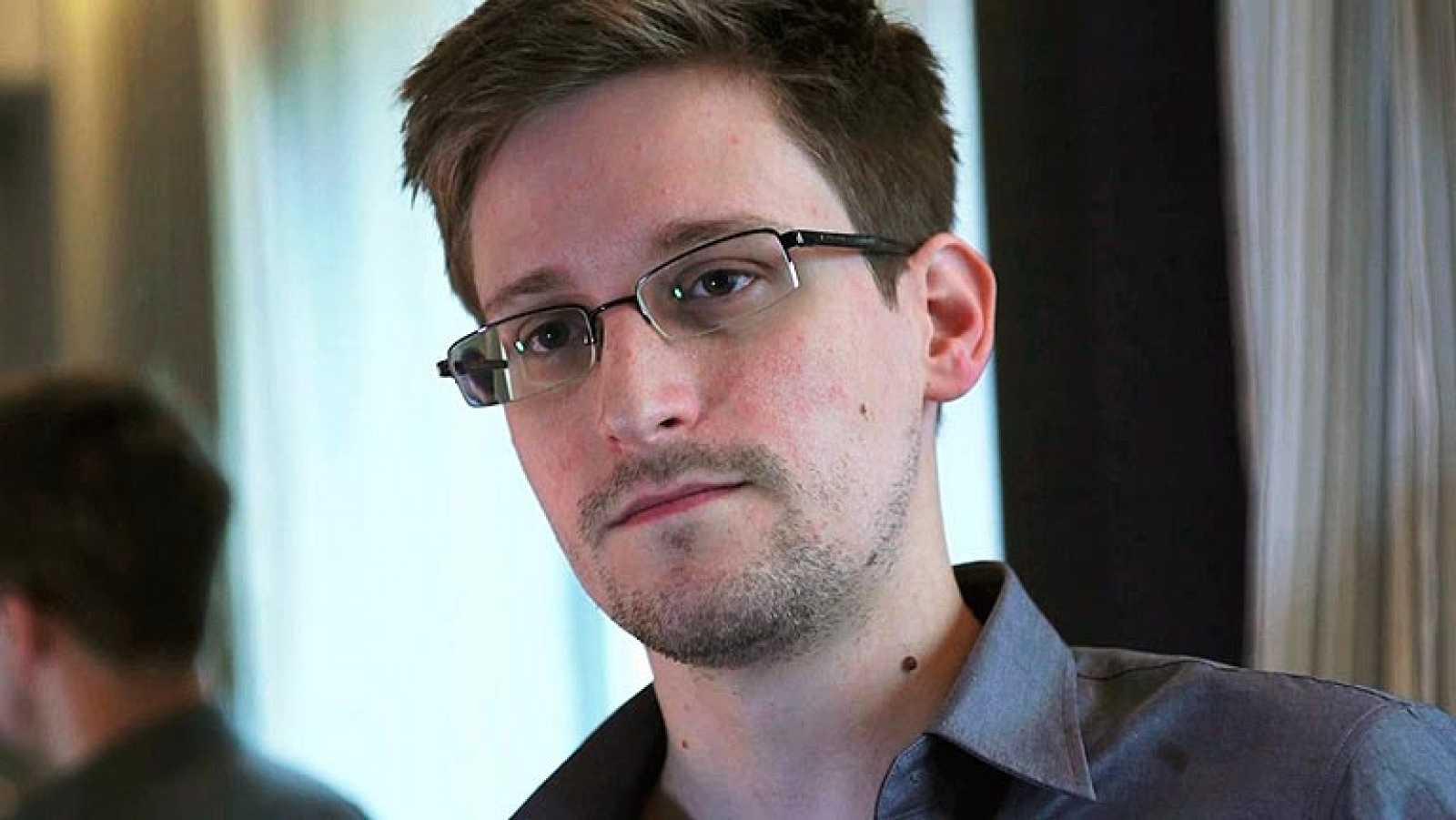 """Putin afirma que Snowden puede quedarse en Rusia """"si deja de dañar a EE.UU."""""""