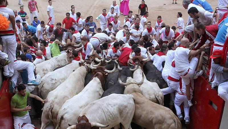 Un tapón humano en la plaza complica el séptimo encierro de San Fermín 2013
