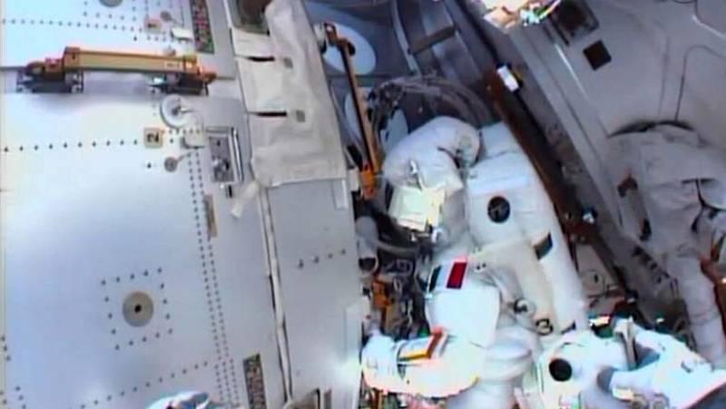 Suspenden el paseo espacial al exterior de la EEI tras hallar líquido en escafandra del astronauta