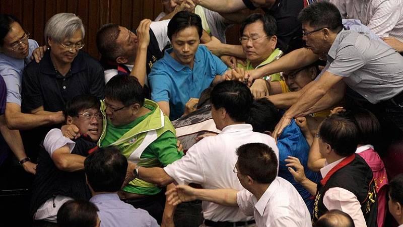 Trifulca en el Parlamento de Taiwan
