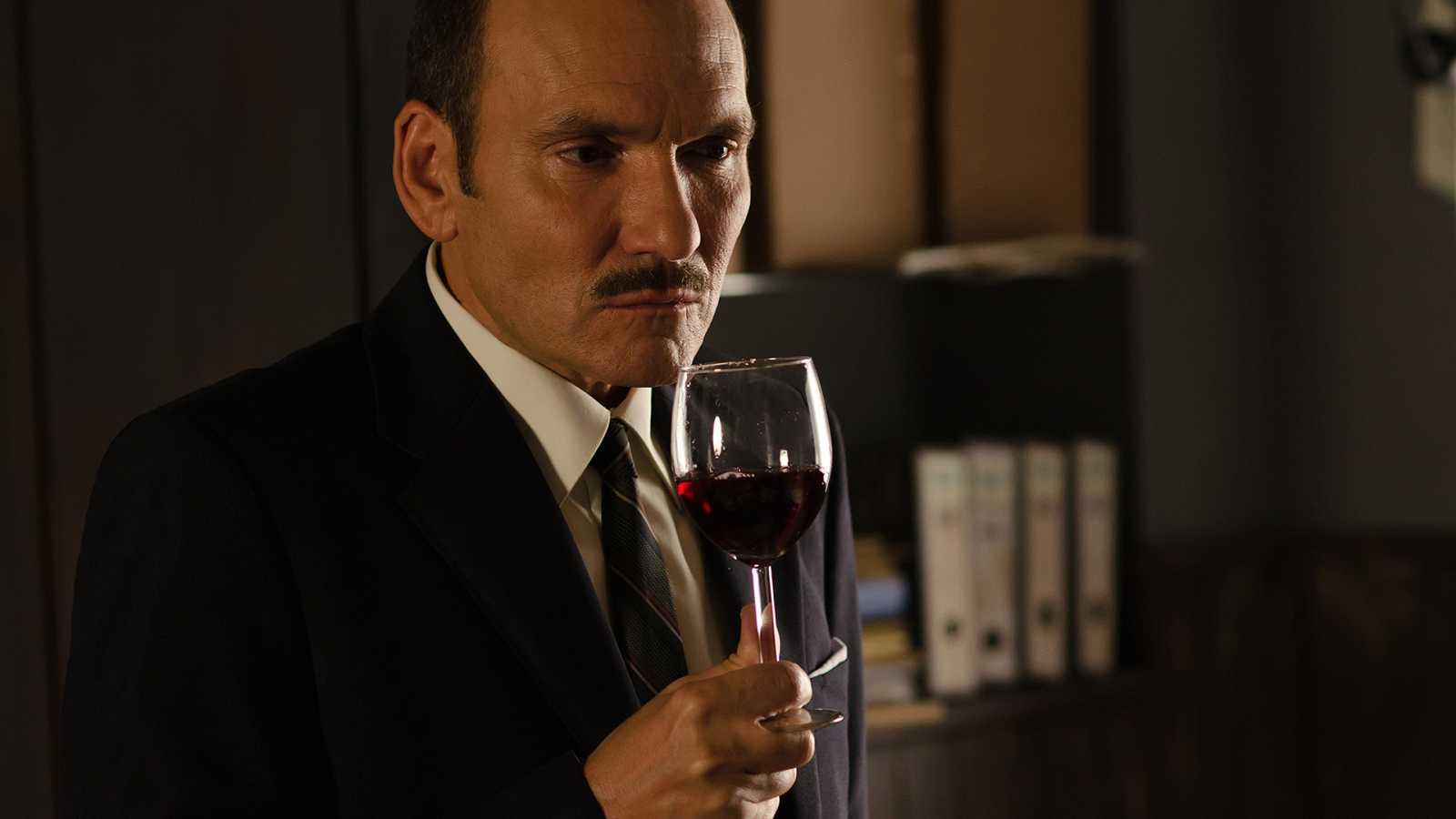 Gran Reserva. El origen - Capítulo 65 - Santiago se reúne con Joaquín Ormaechea y compra su silencio acerca del vino intoxicado - ver ahora