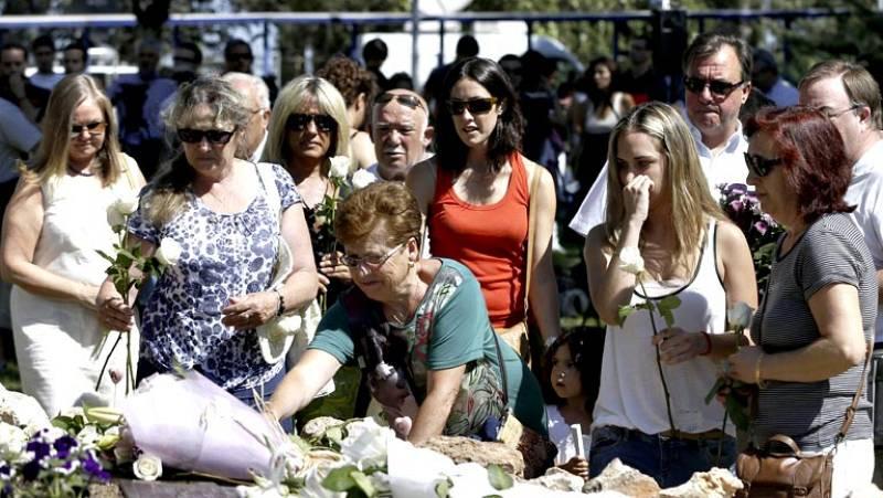 Flores, música y reivindicaciones en el quinto aniversario del accidente de Barajas