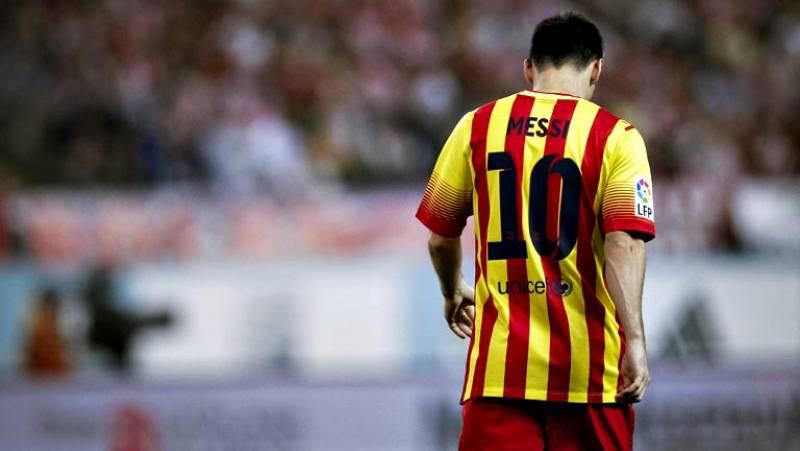 """El delantero argentino del Barcelona Lionel Messi, lesionado ayer en el partido de ida de la Supercopa de España ante el Atlético de Madrid, sólo padece """"un hematoma intramuscular postcontusional en el bíceps de la pierna derecha"""", según ha informado"""