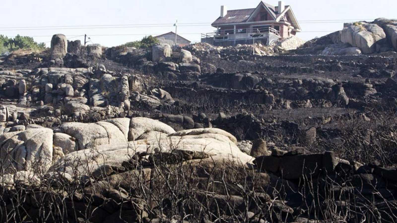 Un incendio arrasa el monte Pindo en Carnota