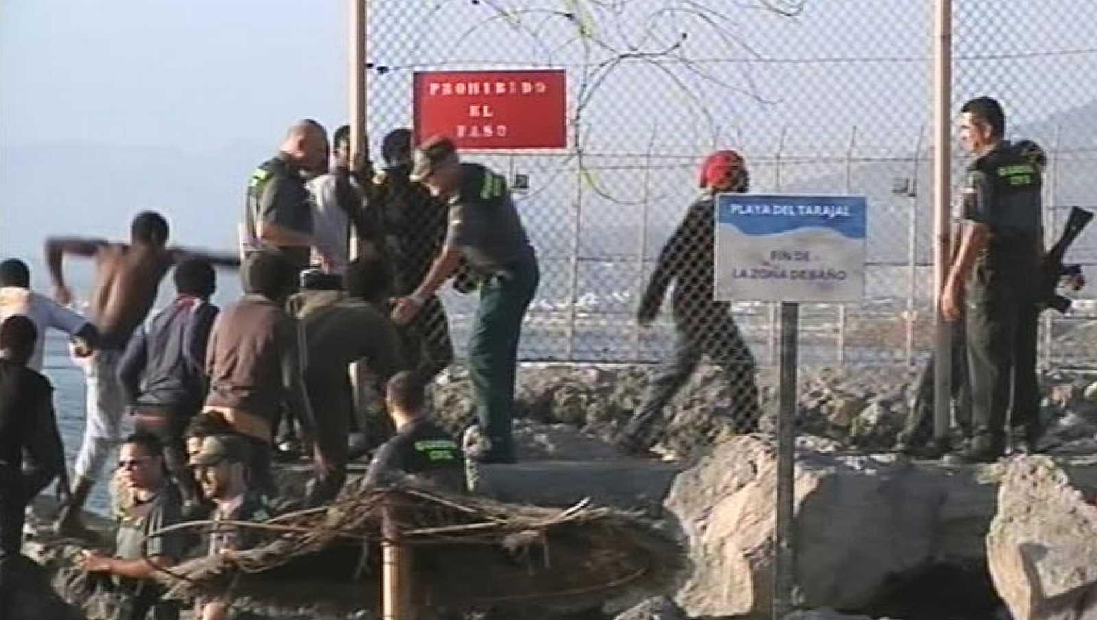 Unos 300 inmigrantes asaltan la valla de Melilla y más de cien intentan entrar a nado en Ceuta