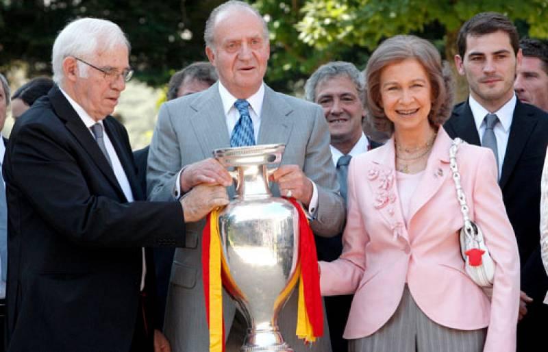 Los Reyes, los Príncipes y la Infanta Elena han sido los primeros en felicitar a los campeones de Europa. Sin duda, una de las imágenes que todos recordaremos de las celebraciones del título es el abrazo del Rey a Casillas antes de recoger la copa en