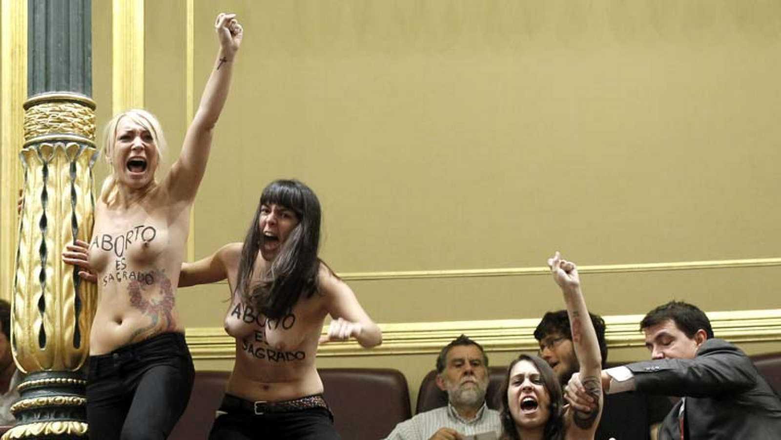En el Congreso, el pleno se interrumpe por la protesta de tres mujeres en defensa del aborto