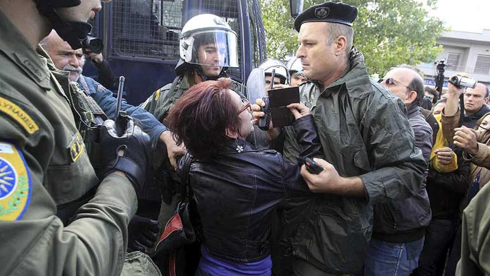 En Atenas,  la policia ha desalojado la sede de la radiotelevision pública griega que estaba  ocupada por los trabajadores. Las fuerzas de seguridad han entrado en todas las dependencias del edificio.
