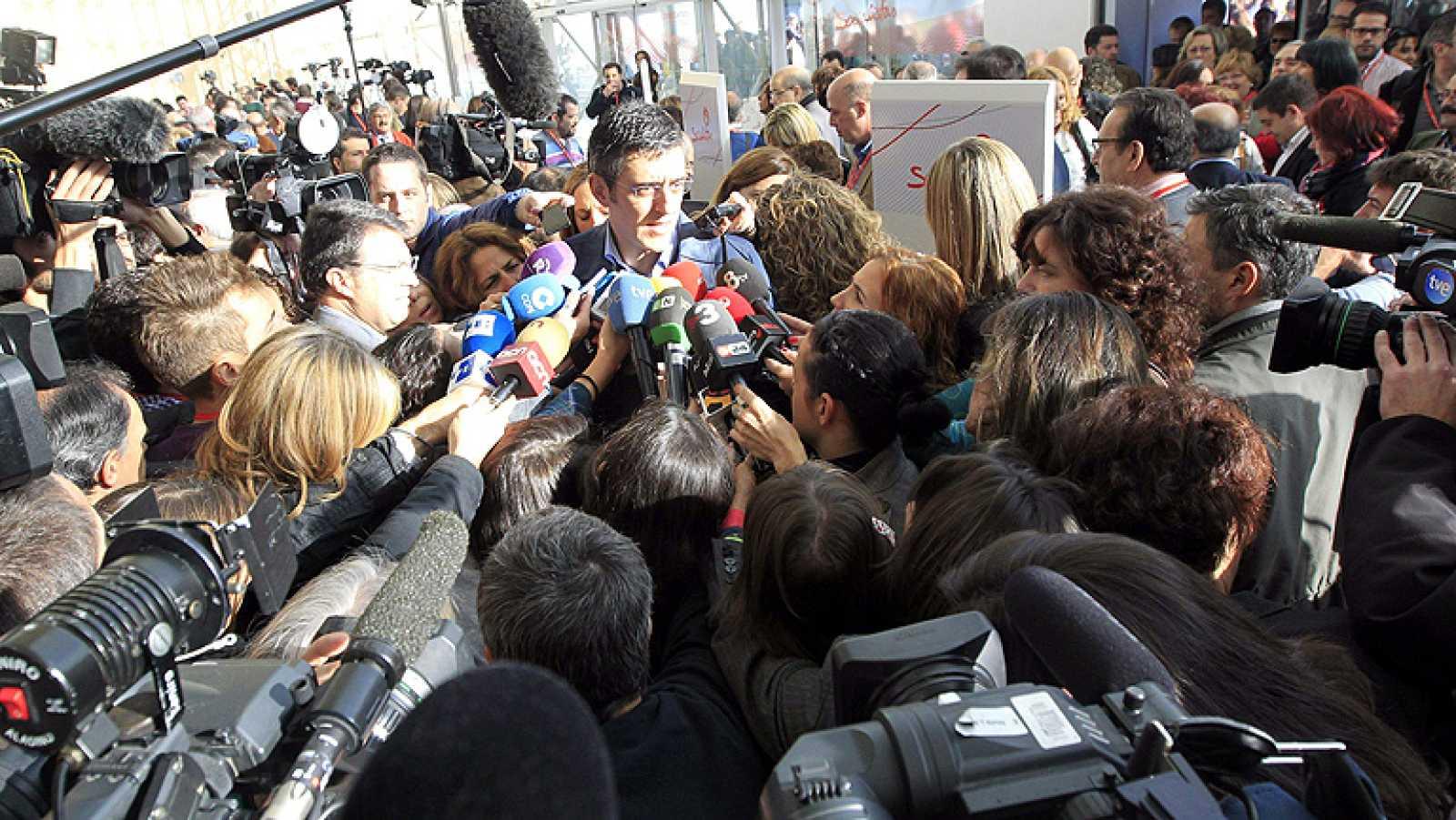 EL PSOE aparca en público el debate sobre las primarias