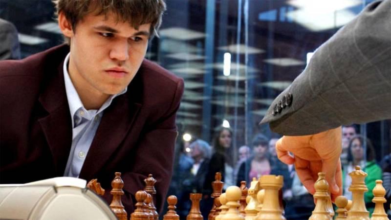 La posible victoria sobre Viswanathan Anand confirmaría la evolución del último gran genio de este deporte, este noruego resolvía puzzles de 50 piezas cuando tenía dos años y siendo un niño era capaz de recitar el nombre, extensión y población de las