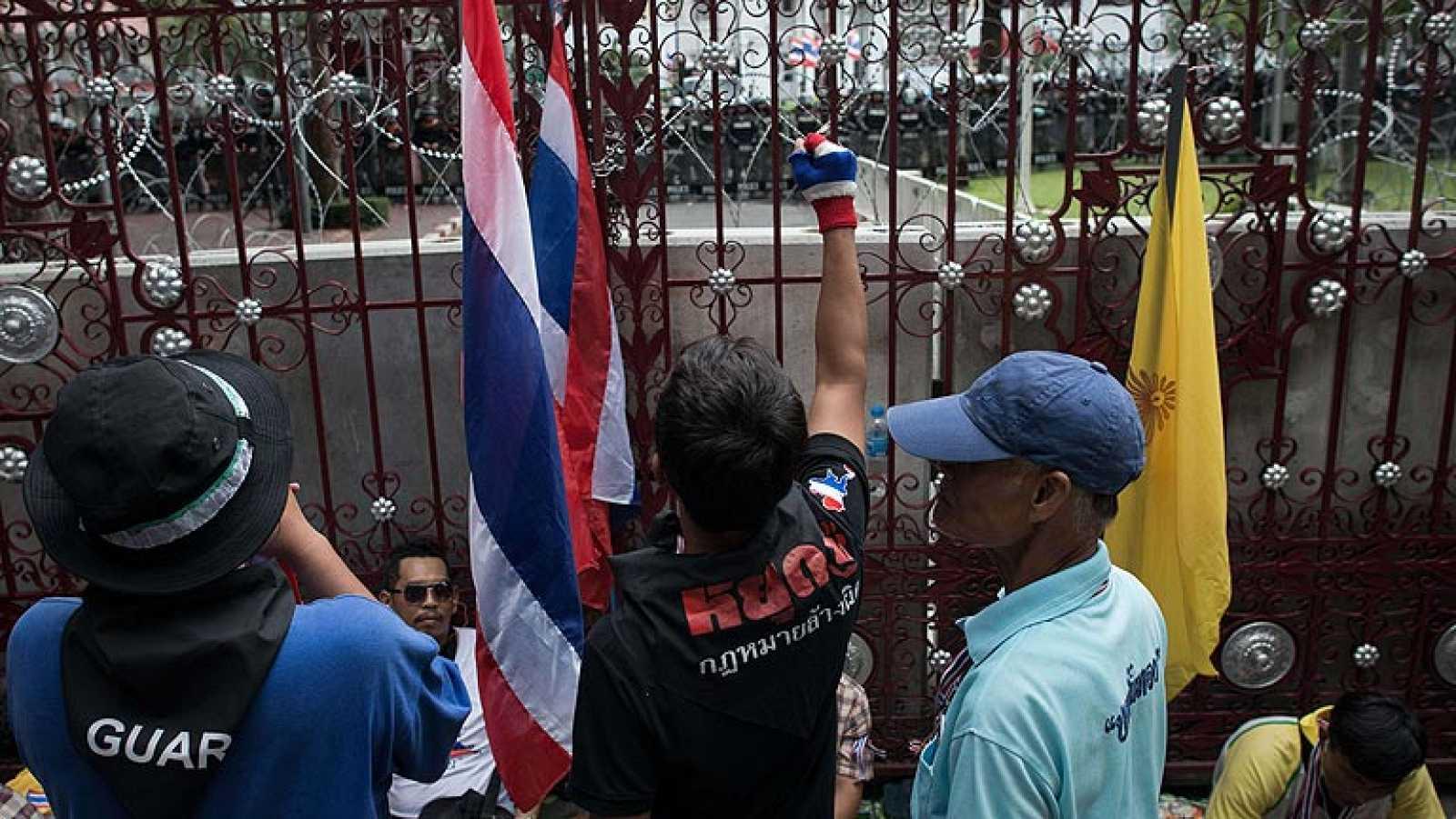 Los manifestantes tailandeses entran en la sede del Ejército