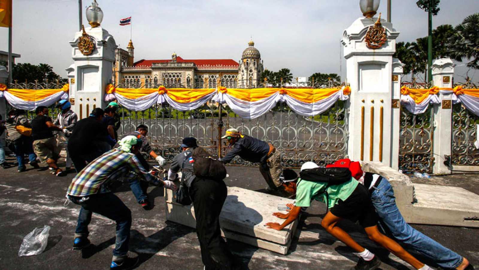Manifestantes entran en la sede de la Policía y Casa del Gobierno en Bangkok