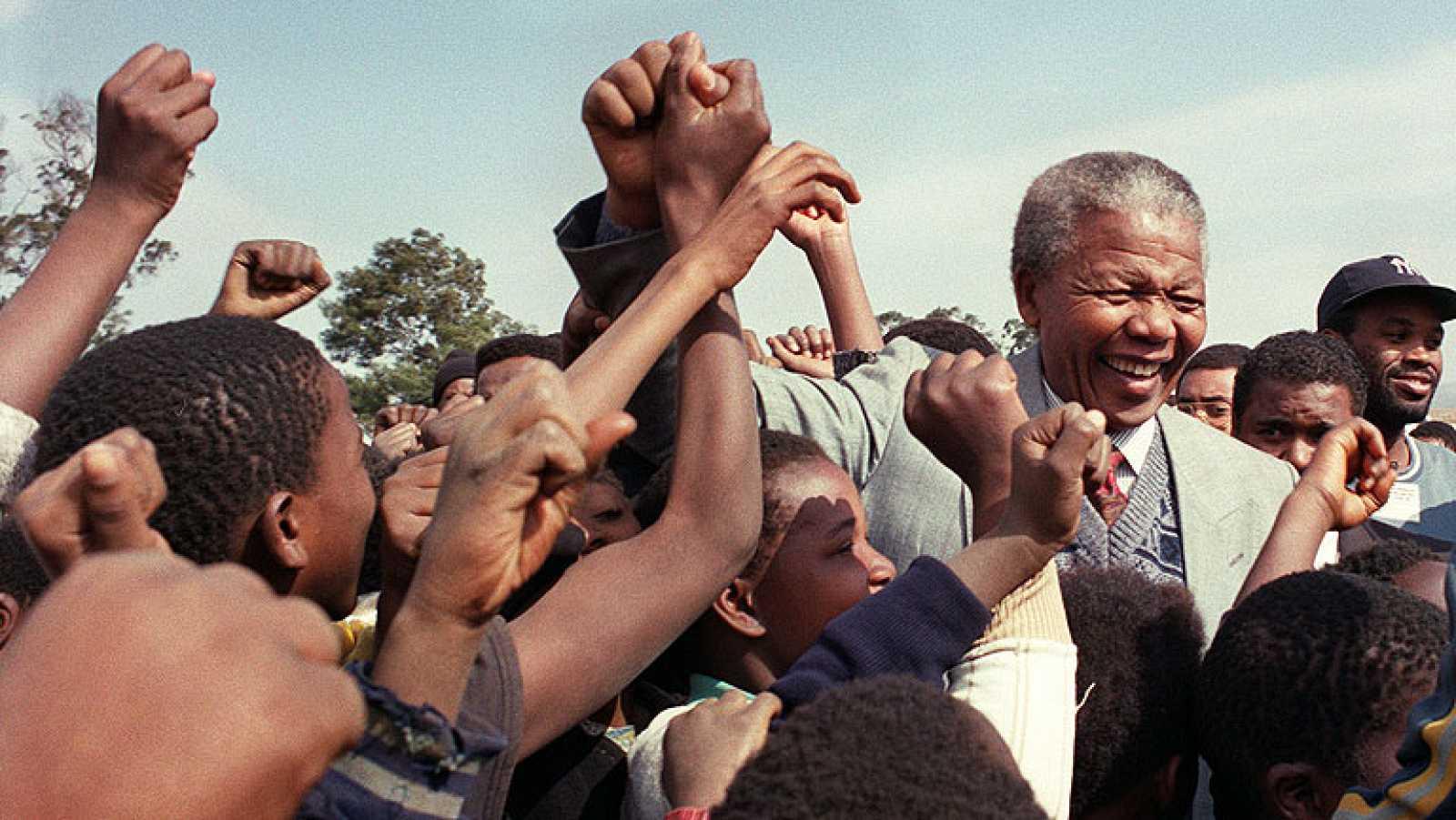 Los sudafricanos lloran la muerte de Mandela, que recibe reconocimiento en todo el mundo