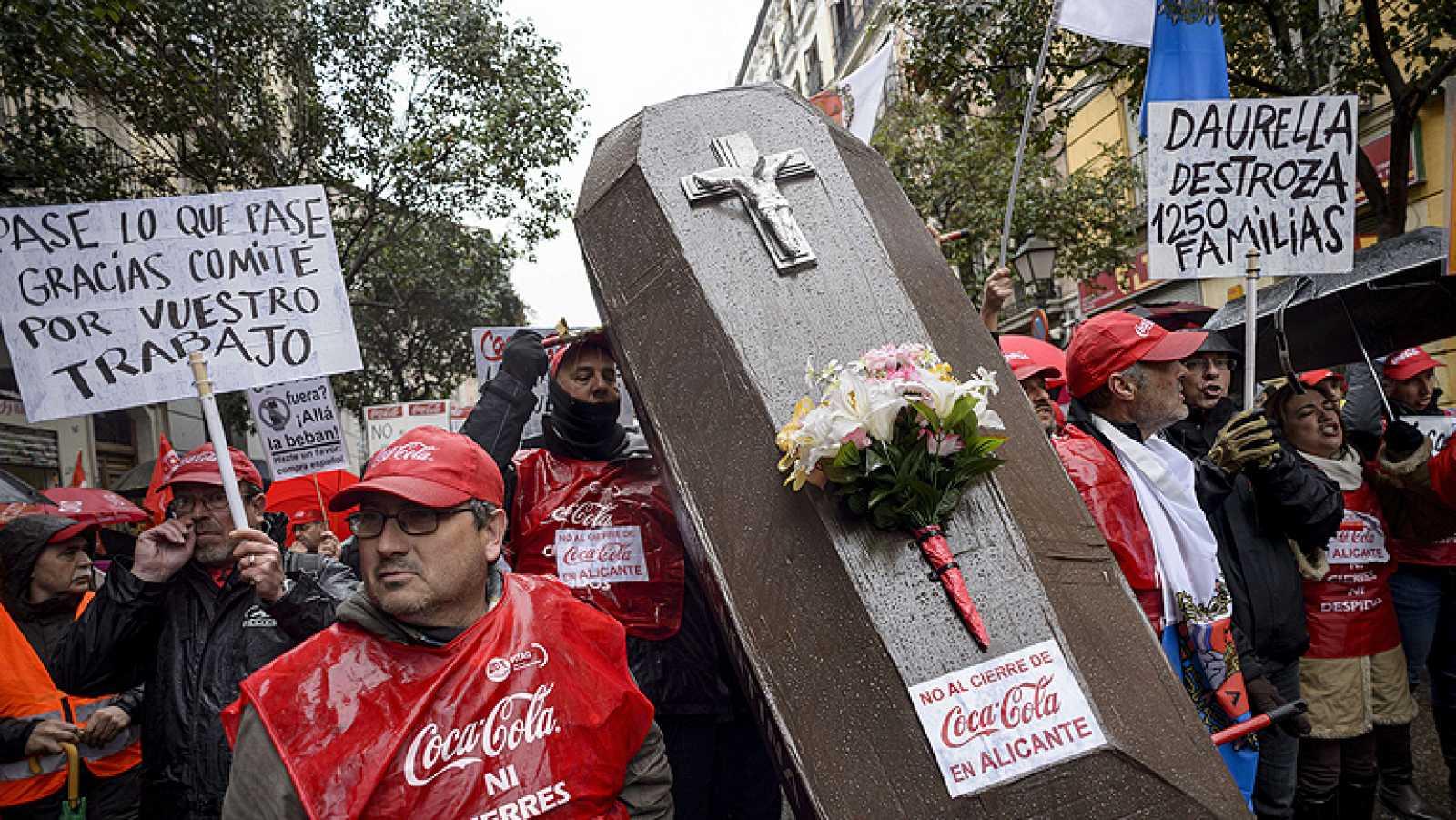 Miles de personas protestan contra el ERE de Coca-Cola