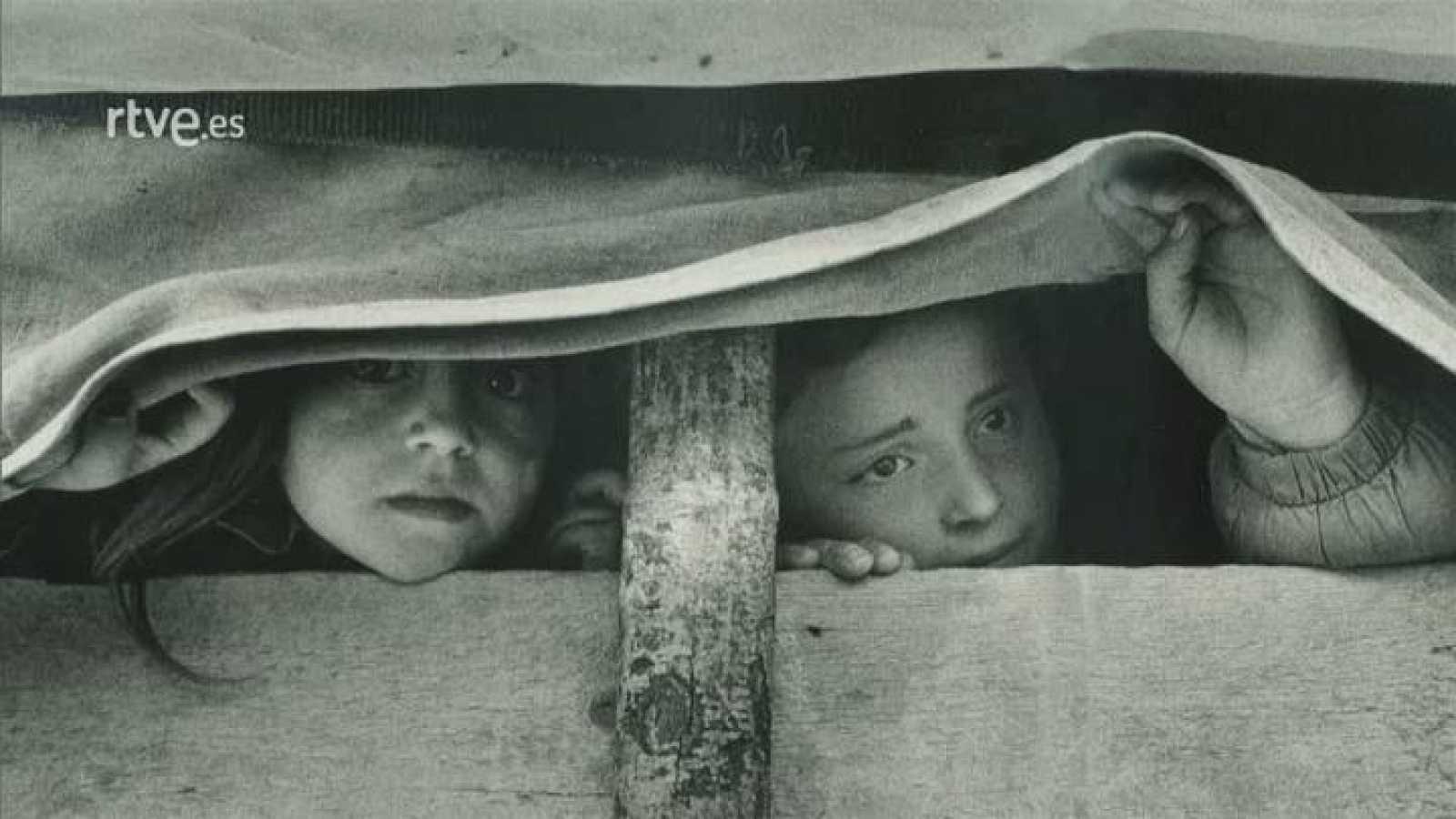 Imprescindibles - Gervasio Sánchez - Sandra Balsells comenta la fotografía de Gervasio Sánchez 'Dos niñas refugiadas albano kosovares escondidas en un camión'