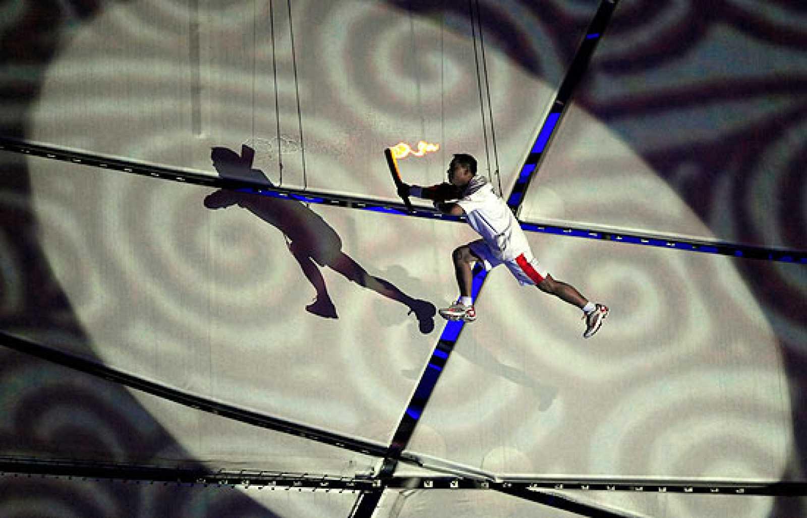 El último relevo de la antorcha olímpica ha volado para llegar a encender el pebetero y dar por inaugurados los Juegos Olímpicos de Pekín 2008.