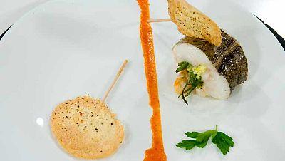 Merluza rellena en salsa de pimientos con piruleta de arroz