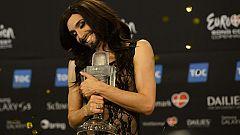 Conchita llega a la sala de prensa tras ganar Eurovisión 2014